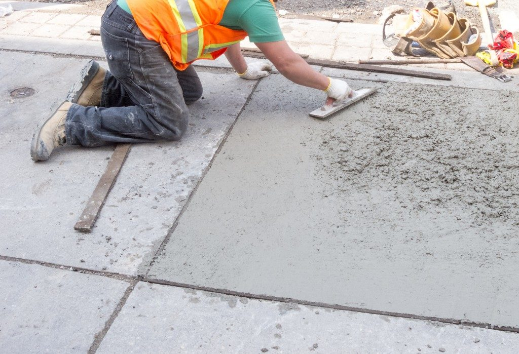 setting and smoothing concrete